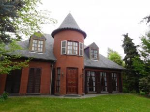 Unieke woning met karakter en talrijke mogelijkheden! De woning beschikt over maar liefst 324m² bewoonbare oppervlakte en heeft 5 slaapkamers ter