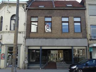 Handelswoning met handelsgelijkvloers met ruime kelder en duplex met 4 slaapkamers! Ligging: Centraal gelegen op een invalsweg nabij het Rivierenhof e