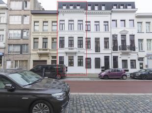 KIJKDAG dinsdag 11/12 vanaf 16u (op afspraak)<br /> Gerenoveerd 1 slk app met ruim terras op toplocatie!Ligging:Gelegen in een hippe wijk van 2060 tus