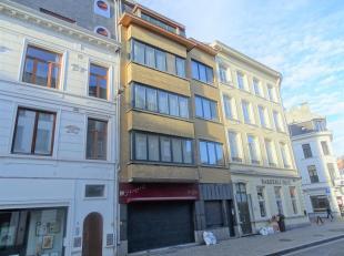 Instapklare woning met commercieel GLV in centrum Antwerpen!<br /> Indeling: Inkomhal, Commercieel glv, leefruimte, eetkamer, keuken, toilet, 5 slaapk