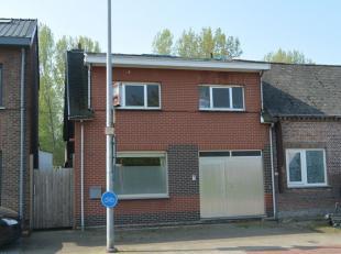 Gedeeltelijk gerenoveerde woning met prachtige zuid tuin !  Nieuwe verwarming , gedeeltelijk nieuwe elektriciteit. Indeling : garage/berging , keuken