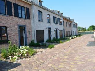 Nieuwbouwwoning GB met Zuid georiënteerd tuin en zicht op de velden. Indeling : Inkomhal, aparte wc, woonkamer , keuken , garage. verdiep : 3 sla