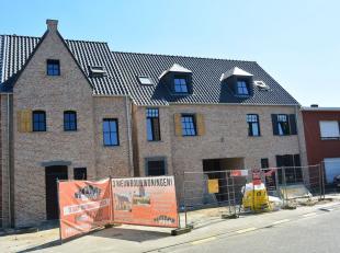 Nieuwbouwwoning op een TOP locatie in een bijzonder mooi ontwerp !! Indeling: Inkomhal , aparte wc , woonkamer , keuken ,berging, in de woonkamer is