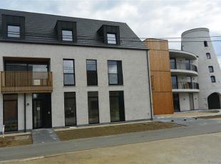 Prachtig gelijkvloers appartement in de Stenen Molen ! Indeling : Inkomhal , woonkamer met open keuken , berging , 2 slaapkamers , badkamer , apart to