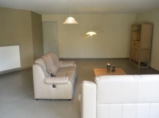Recent & Ruim gelijkvloers appartement ! Indeling : Inkomhal , berging , grote woonkamer met open keuken , nachthal , berging, apart toilet , badk