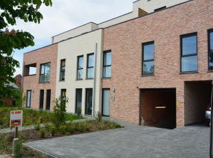 Nieuwbouwappartement met tuin & terras ! Indeling : Inkomhal , apart toilet , badkamer met inloopdouche , 2 slaapkamers ,woonkamer met open keuken