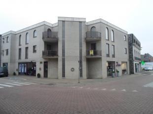 Het appartement is gelegen op de eerste verdieping en omvat; ruime lichte woonkamer met balkon aan de voorzijde van het gebouw, ingerichte keuken met