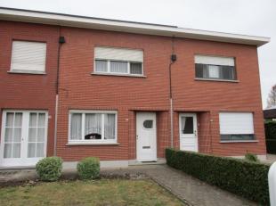 Goed gelegen woning in het centrum en nabij de verbindingsbaan Lier-Aarschot. Gelijkvloers komt men binnen rechtstreeks in de woonkamer met trap naar