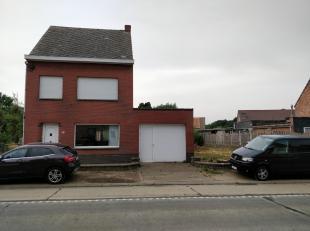 Goed gelegen woning (halfopen bebouwing) met 3 slaapkamers in het centrum van Hulshout. onderaards: kleine kelder. Gelijkvloers: living, keuken met ee