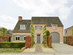 Deze prachtige villa in pastorijstijl is gelegen op een perceel van 800 m² en omvat een ruime bewoonbare oppervlakte.<br /> <br /> De woning is u