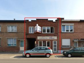Deze op het eerste zicht beperkte gevel herbergt een ideaal gelegen handelspand met ruime woning en een aparte studio als opbrengstpand.<br /> <br />