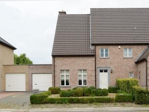 Zeer ruime en goed onderhouden woning gelegen langs de verbindingsweg Berlaar-Lier. <br /> Deze charmante en energiezuinige koppelwoning werd ingeteke