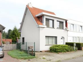 Goed onderhouden, instapklare woning met o.a. 3 slaapkamers op een perceel van 670 m². <br /> <br /> Indeling gelijkvloers: inkomhal, woonkamer m