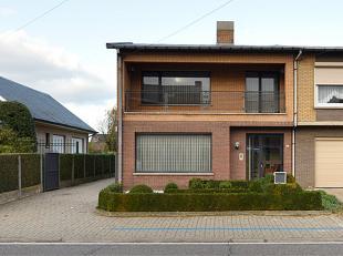 Mooi onderhouden woning met o.a 4 slaapkamers, een grote garage/atelier en een mooie tuin.<br /> Indeling:<br /> U komt binnen langs de ruime inkomhal