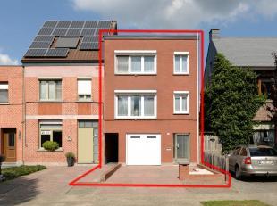 Op te frissen bel-étage vlakbij het centrum van Berlaar.<br /> Op het gelijkvloers: inkom, garage en wasplaats, naast de woning een doorgang (b