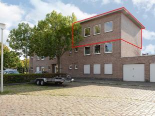 Dit appartement is gelegen op wandelafstand van de Grote Markt te Lier en omvat: inkomhal, salon, eetkamer, keuken met berging, apart toilet, badkamer