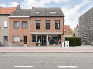 Gunstig gelegen handelshuis met 4 slaapkamers. <br /> <br /> Het gelijkvloers omvat een winkelruimte met een mooie oppervlakte van +/- 100 m² , e