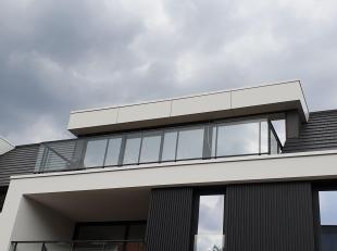 Luxe penthouse met 2 slaapkamers, lift, ruime en volledig ingerichte keuken met oven, combi en afwasmachine.  <br /> Modern ingerichte badkamer met in
