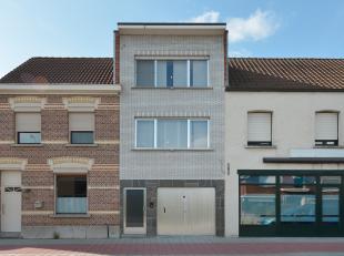 Ruime ééngezinswoning (bel-étage) met o.a. 3 volwaardige slaapkamers. Deze centraal gelegen, instapklare woning ligt op wandelafs