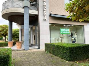 Ruime winkel met volledige onderkeldering en 9 staanplaatsen te huur op een toplocatie in Nijlen. <br /> <br /> Winkelruimte met grote vitrine langs 2