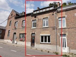 Maison de ville 2 façades, jouissant d'une belle situation et offrant les facilités citadines de Dinant. Ses volumes répartis sur