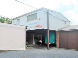 Salle d'exposition située à l'entrée de Mons .<br /> Composition :<br /> Rdch : Espace de stockage + 1 garage<br /> 1er ét