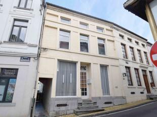 Sur la commune de Florennes, Maison offrant des volumes exceptionnelles. (7-8 chambres), (Valeur de reconstruction: +/-200.000€!) Passage latér