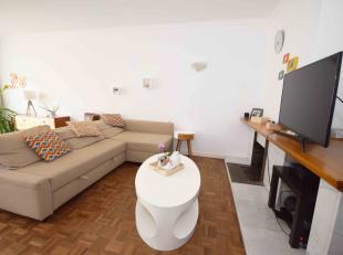 Agréable appartement deux chambres, idéalement situé comprenant: hall d'entrée, salon, salle-à-manger, cuisine, sal