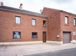 Située sur la commune de BRYE, agréable maison 3F avec garage et jardin (12a40) + Appartement comprenant:<br /> Maison: Hall d'entr&eacu