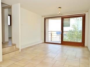 Dit mooi appartement is gelegen aan de Rederskaai op de derde verdieping. De keuken beschikt over een kookplaat, gootsteen, frigo met vriesvak en vaat