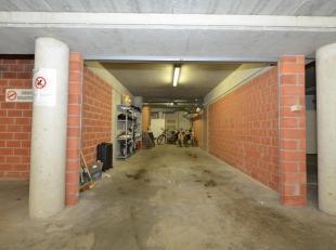 Grote garagebox gelegen langs de Rederskaai. Ideale opslagplaats of plaats voor de wagen. afmetingen: 3.44m x 9,88m.