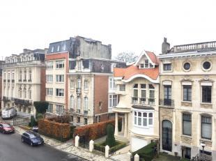 Instapklaar appartement op de 2e verdieping gelegen in de residentiële Van Putlei!. Indeling: inkomhall met vestiaire, berging, gastentoilet. Zon