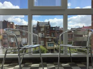 Luxueus vernieuwde studio op de 2de verdieping, pas gerenoveerd, op centrale locatie in de bekende Anselmostraat. Centrum Antwerpen vlakbij scholen, w