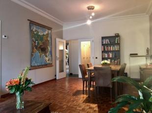 Instapklaar appartement op de 1e verdieping gelegen in de residentiële Van Putlei! Indeling: inkomhall met vestiaire, berging, gastentoilet. Zonn