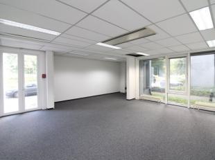 Fantastisch gelegen kantoorruimte met een oppervlakte van 698 m² te huur nabij het Klaverblad te Zwjinaarde. Het kantoor bevindt zich op de 3e ve