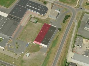 Het betreft een magazijnruimte van 275 m² met 450 m² kantoor/sociale ruimte. Het magazijn is toegankelijk via een sectionale poort (4 m hoog