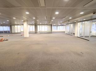 Open kantoorruimte van 2.266 m² te huur in het welgekende en multifunctionele 'Urbiscomplex' op het Woodrow Wilsonplein te Gent Zuid. Deze lichtr