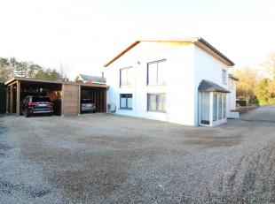 Gerenoveerde villa te koop in een residentiële omgeving te Sint-Kruis, op slechts 3 km van de Ring rond Brugge. Op de gelijkvloers is er een impo