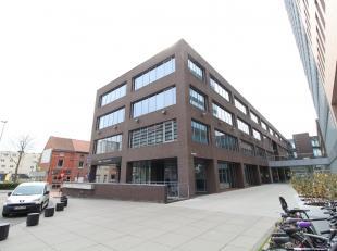 Stijlvolle kantoorruimte van 1.658 m² te huur vlak aan de E17 te Gent. De lichtrijke ruimte maakt deel uit van een uitzonderlijk kantorencomplex,