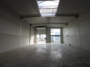 Knappe KMO-unit van 257 m² te koop nabij de Knokkeweg en vlak bij de E40 te Aalter. De loods is voorzien van een sectionale poort, gepolierde bet