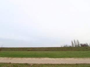 Welgelegen perceel van 8.709 m² te koop nabij het kanaal Gent-Terneuzen en de R4 te Evergem. Het terrein is volledig ingericht rondom de nieuw aa