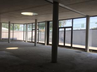 Ruime en vlot indeelbare kantoorruimte van 320 m² te koop nabij de N50 te Brugge. Het lichtrijke kantoor heeft verschillende mogelijkheden: parti