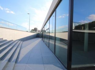 Fantastisch gelegen handelsruimte van 320 m² te koop vlak bij de Brugse Vaart en de N50 te Brugge. Dit nieuwbouw handelspand is vlot indeelbaar,