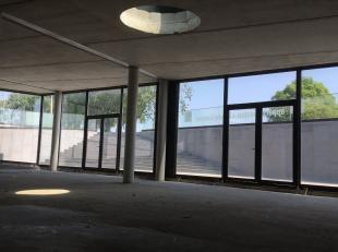 """Nieuwbouw kantoorruimte van 126 m² te koop op een toplocatie langsheen de Vaartdijkstraat en nabij 'Ten Briele"""" te Brugge. Dit knappe en tevens l"""