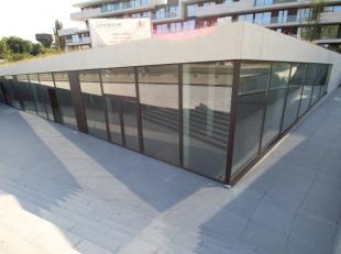 Fantastisch gelegen handelsruimte van 194 m² te koop vlak bij de Brugse Vaart, industriepark 'Ten Briele' en de N50 te Brugge. Dit nieuwbouw hand