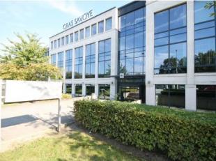 Bureau de 371 m² à louer avec visibilité du R0 à Zellik. L'espace qualitatif à un ascenseur, airco etc. et est situ&e