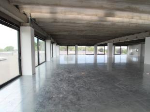 593 m² nieuwbouw kantoorruimte met 392 m² zonnig dakterras te koop nabij de E40 te Landegem. Het lichtrijke kantoor is instapklaar en voorzi