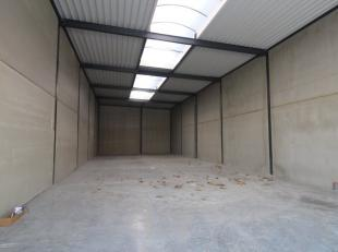 Knappe KMO unit van 289 m² te koop, gelegen op de industriezone Stegen Akker te Lichtervelde. De robuuste loods heeft een vrije hoogte van 6 m, e