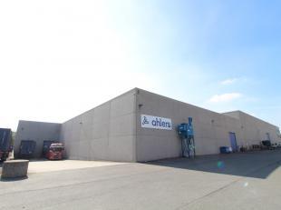 Fantastisch gelegen opslagruimte met een oppervlakte tot 7.570 m² te koop nabij de R4 te Evergem. De multifunctionele loods is voorzien van een d