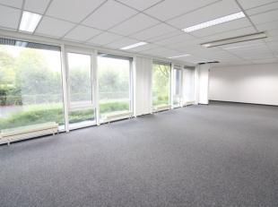 Instapklaar kantoor met een oppervlakte van 379 m² te huur nabij het klaverblad te Zwijnaarde. De ruimte bevindt zich op de 1e etage en is van al